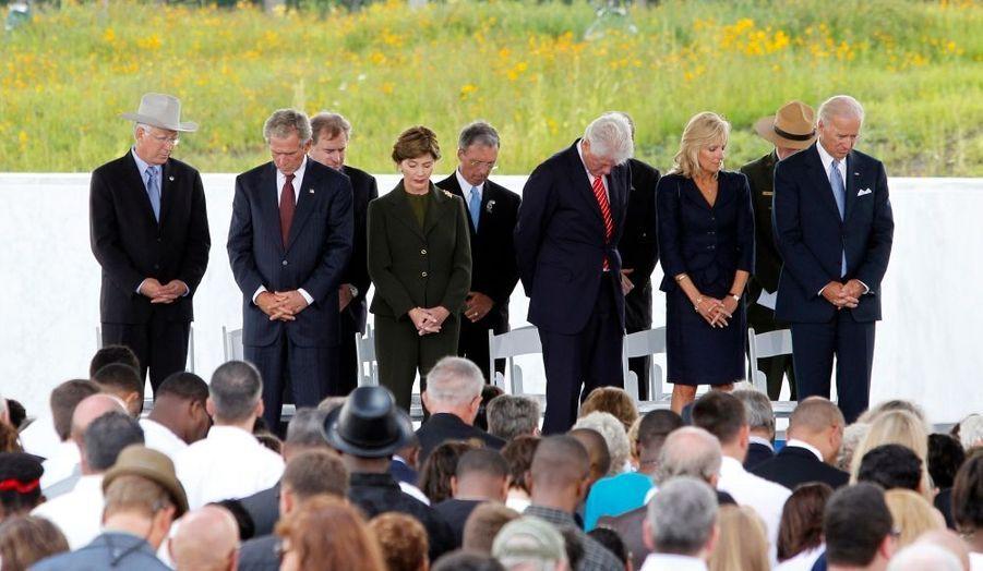 L'ancien président américain George W. Bush a rendu hommage samedi aux quarante passagers et membres d'équipage du vol United Flight 93, qui s'étaient opposés à des pirates de l'air islamistes le 11 septembre 2001. A la veille du dixième anniversaire des attaques menées par Al-Qaïda en territoire américain, George W. Bush, l'ancien président démocrate Bill Clinton et l'actuel vice-président Joe Biden étaient présents à Shanksville, en Pennsylvanie, pour l'inauguration d'un monument en mémoire des victimes de ce vol 93.