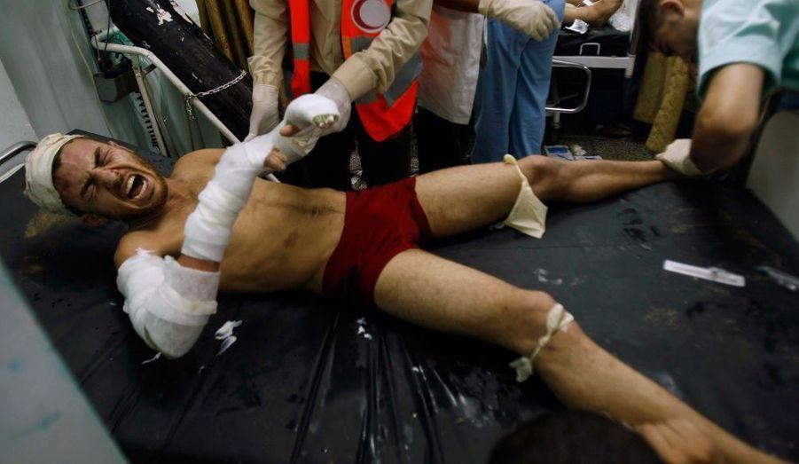 Un Palestinien blessé est soigné à l'hôpital Abou Youssef Najar. Un raid israélien a frappé dans le sud de la bande de Gaza samedi, en réponse au tir de roquette par des militants palestiniens en provenance du territoire israélien.