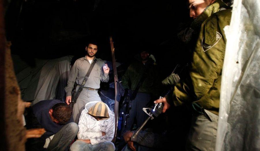 La police israélienne des frontières détient des paysans palestiniens, arrêtés lors d'un raid à la recherche de travailleurs illégaux à Ashdod, dans le Sud du pays. D'après un porte-parole de la police, 33 personnes ont été arrêtées et seront interrogées avant d'être libérées.