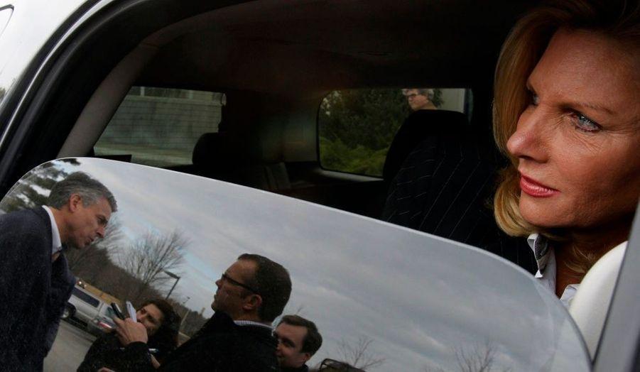Jon Huntsman, à gauche, répond aux questions de journalistes, tandis que sa femme Mary-Jane l'attend dans la voiture. L'ancien gouverneur de l'Utah se prépare au caucus républicain du New Hampshire, et brigue la candidature républicaine à l'élection présidentielle.