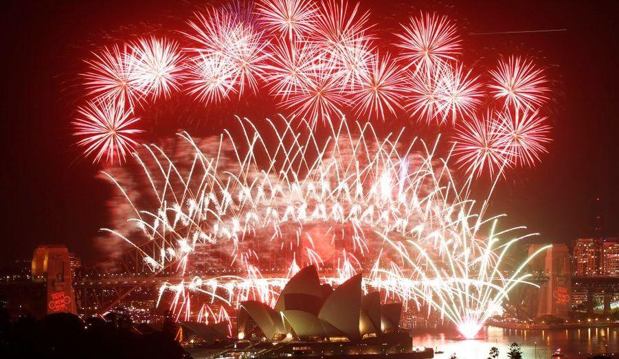 Impressionnant feu d'artifice au-dessus de l'Opéra de Sydney au cours d'un spectacle pyrotechnique pour fêter le Nouvel An. Les autorités locales avaient prévu une foule de plus de 1,5 millions de personnes sur le port pour fêter l'arrivée dans l'année 2011.