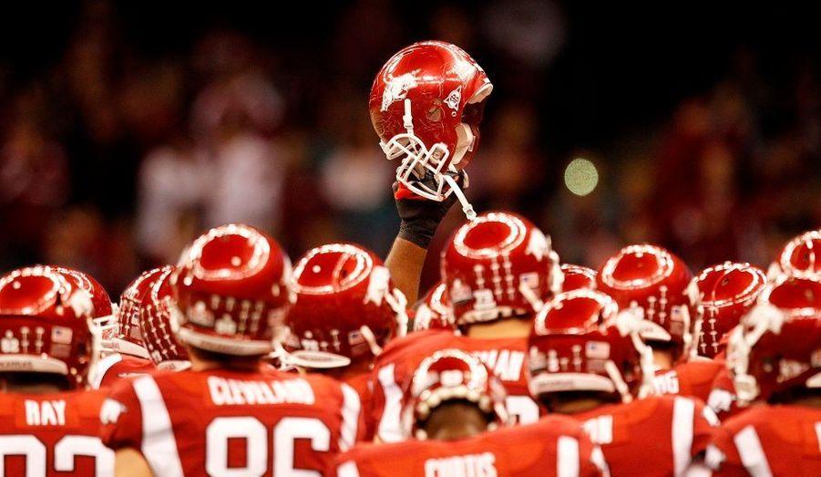 Les joueurs de l'université d'Arkansas lèvent leurs casques avant de se mesurer à leurs adversaires de l'université d'Ohio, à l'occasion du Allstate Sugar Bowl, le tournoi de football américain de la Nouvelle-Orléans.