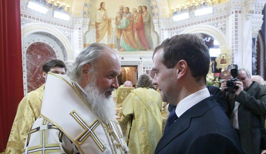 Le président russe Dmitri Medvedev s'entretient avec le patriarche de Moscou après la messe de Noël chrétienne orthodoxe, dans la cathédrale du Christ Sauveur.