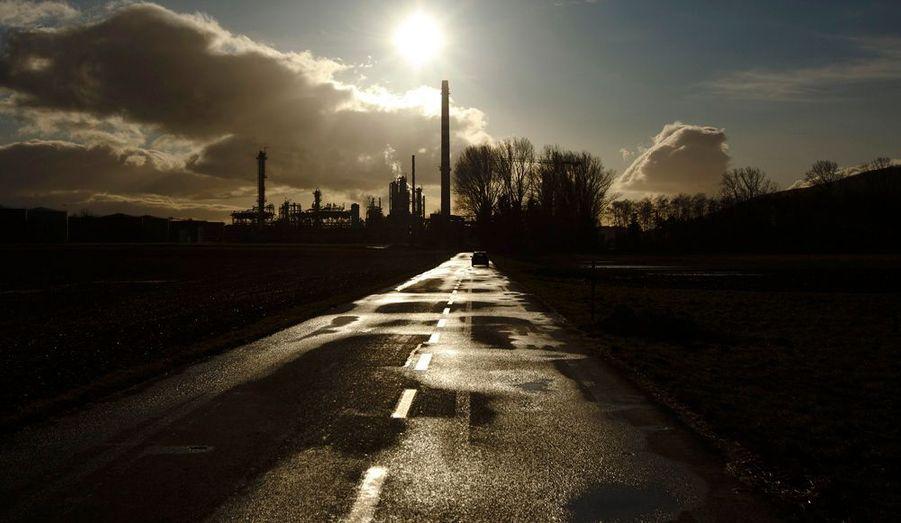 La raffinerie Petroplus de Cressier, près de Neuchâtel en Suisse. Le groupe helvète, dont une ligne de crédit d'un milliard de dollars a récemment été gelée, a commencélundi matin le processus d'arrêt temporaire de sa raffinerie de Petit-Couronne, près de Rouen. Déjà sous le coup d'un projet de plan social menaçant 120 emplois, le site compte quelque 550 salariés. Deux autres raffineries du groupe, situées à Anvers (Belgique) et Cressier (Suisse), doivent également être arrêtées pour la même raison.