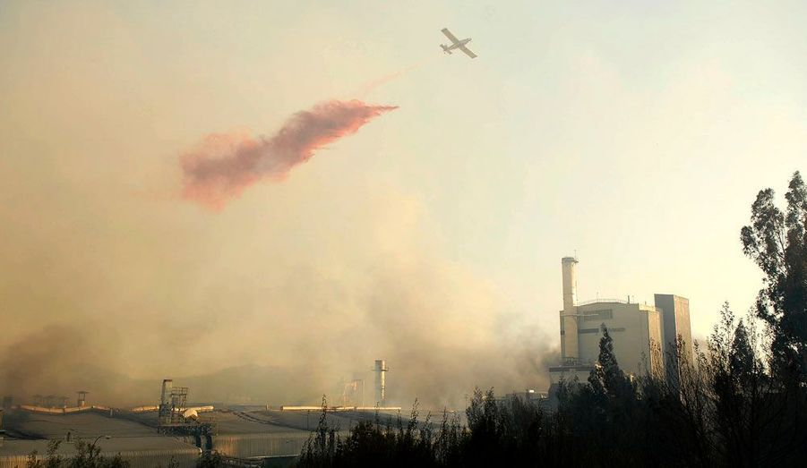 Un grand incendie continuait de ravager les abords de la ville de Concepcion au Chili, lundi. Une personne a trouvé la mort et 10.000 hectares ont brûlé.