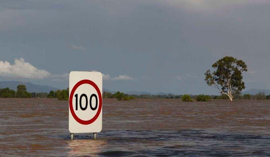 La situation est chaotique dans le nord-est de l'Australie, théâtre d'inondations sans précédent depuis un demi-siècle. Mardi, encore des milliers de personnes ont dû être évacués. Rockhampton, une ville de 75 000 habitants, est pratiquement coupée du reste du pays. En tout, un demi-millier d'habitations ont été évacuées alors que les autorités s'attendent à ce que l'eau monte encore jusqu'à mercredi. Mais ce n'est pas tout. Les inondations ont des conséquences fâcheuses sur les exploitations minières et agricoles. Les mines de charbon du Queensland - la principale région productrice de charbon de l'Australie - sont extrêmement touchées. Les installations affectées par les crues représentent 35% des exportations australiennes de charbon, estimées à 259 millions de tonnes en 2009. Or l'Australie compte pour plus de la moitié des exportations mondiales de coke, vital pour l'industrie métallurgique. La quasi-paralysie du secteur pousse les cours mondiaux à la hausse.