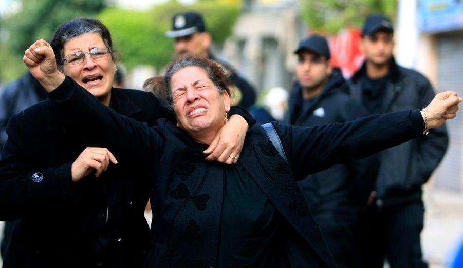 Ces chrétiennes d'Égypte pleurent leurs proches, tués pendant l'attaque à la bombe samedi dernier dans une église copte d'Alexandrie. La bombe a fait au moins 21 victimes dans la nuit de vendredi à samedi. Le ministère de l'Intérieur a déclaré qu'un kamikaze soutenu par l'étranger pourrait en être le responsable.
