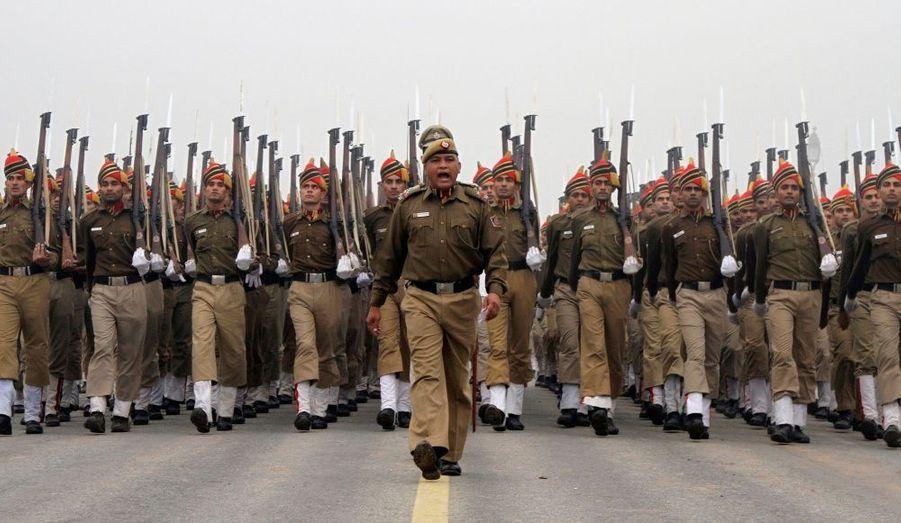 Des policiers répètent pour le défilé de la Fête de la République, qui sera célébrée le 26 janvier prochain à New Delhi, en Inde.