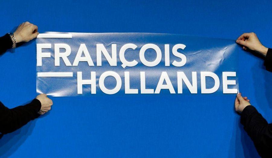 Des membres du Parti socialiste achèvent la préparation du premier meeting présidentiel de François Hollande à Mérignac.