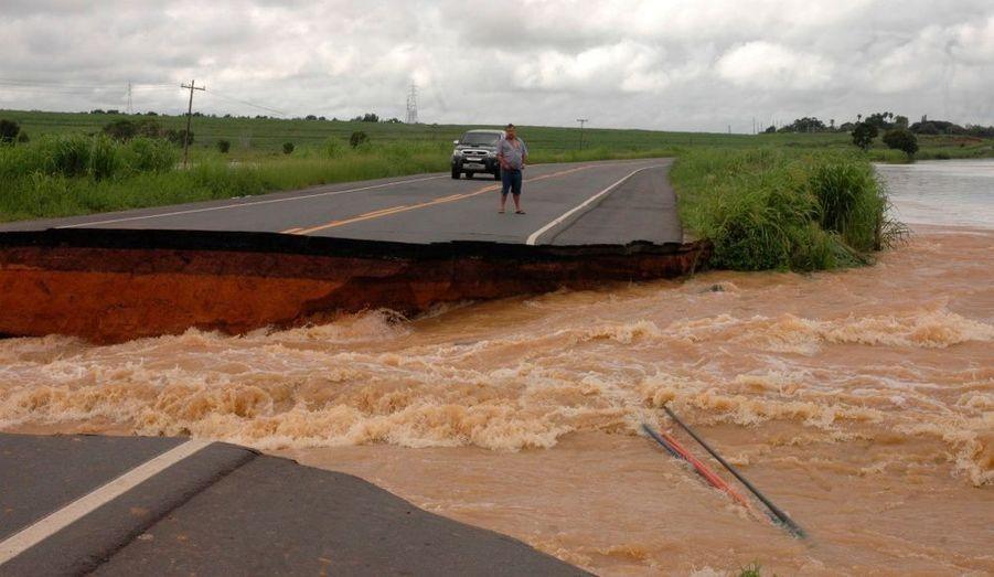 Une route emportée par la rivière Muriaé à Campos, à 230 kilomètres au nord de Rio de Janeiro, au Brésil. Des responsables de la Défense civile ont déclaré que 4000 habitants avaient été évacués en raison des fortes précipitations qui devraient paralyser la région durant plusieurs mois.