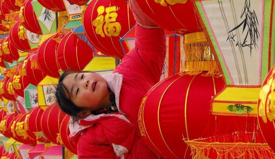 Une petite fille regarde les lanternes préparées à l'occasion des festivités à venir du nouvel an chinois, dans un parc de Neihuang dans la province du Henan. La nouvelle année, suivant le calendrier lunaire, débutera le 23 janvier. Selon le zodiaque chinois, 2012 est l'année du Dragon.