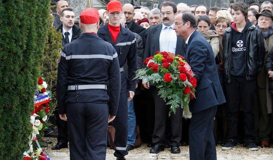 """François Hollande, candidat PS à la présidentielle, qui s'est rendu dimanche sur la tombe de François Mitterrand à Jarnac (Charente), a estimé qu'évoquer la mémoire de l'ancien chef de l'Etat permettait de """"ne pas (le) laisser être le seul président socialiste"""". """"Evoquer la mémoire de François Mitterrand en ce début d'année 2012, c'est bien sûr regarder le message qu'il a pu laisser, la trace qu'il a fixée et en même temps ne pas laisser François Mitterrand être le seul président socialiste de la Ve Républiqe"""", a-t-il dit à la presse après avoir déposé une gerbe devant le caveau du président décédé le 8 janvier 1995, notamment en présence de Mazarine Pingeot et de Gilbert Mitterrand, ses enfants, de Jack Lang, Elisabeth Guigou, Harlem Désir, et Hubert Védrine."""