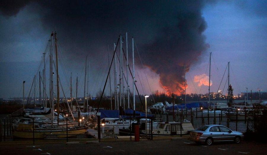 La zone industrielle de Moerdijk, aux Pays-Bas, a été affectée par un incendie spectaculaire, mercredi. Il n'y a pas eu de victimes à déplorer.