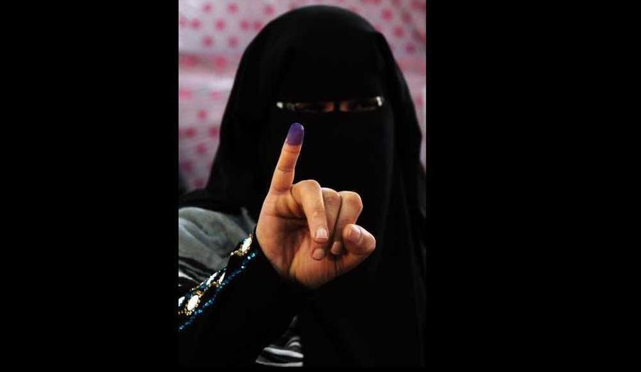 Les Egyptiens continuaient de voter mercredi pour la troisième et dernière phase des élections législatives, dans un tiers du pays, un scrutin dominé jusque-là par les islamistes.Le vote pour l'élection de l'Assemblée du peuple (chambre des députés), le premier scrutin post-Moubarak, a commencé à 08H00 locales (06H00 GMT) dans neuf gouvernorats. Ils fermeront à 19H00 locales.