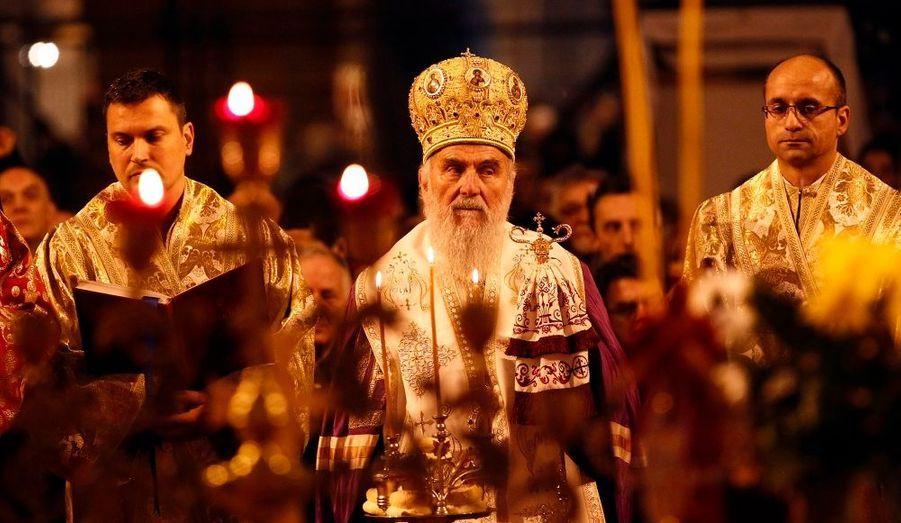 Le patriarche serbe Irinej conduit la liturgie, à l'occasion de la messe du réveillon du Noël orthodoxe dans l'église Saint-Sava à Belgrade. Les orthodoxes célèbrent Noël le 7 janvier, car ils se réfèrent au calendrier julien.