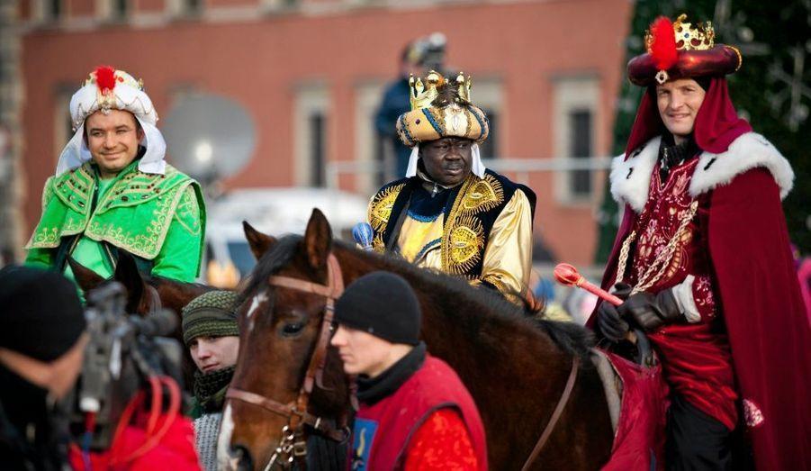 Des hommes habillés en Rois Mages montés sur des cheveux célèbrent l'Epiphanie dans les rues de Varsovie, en Pologne.