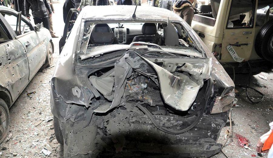 """Le ministre syrien de l'Intérieur a promis vendredi de """"riposter d'une main de fer"""" à l'attentat qui s'est produit à la mi-journée à Damas. Dénonçant une """"escalade terroriste"""", Ibrahim al Chaar a prévenu: """"Nous riposterons d'une main de fer à quiconque serait tenté de jouer avec la sécurité de notre pays et de ses citoyens."""" Chaar, cité par la télévision publique syrienne, a également déclaré que l'explosion avait fait 26 morts. Son ministère ajoute que 63 personnes ont été blessées."""