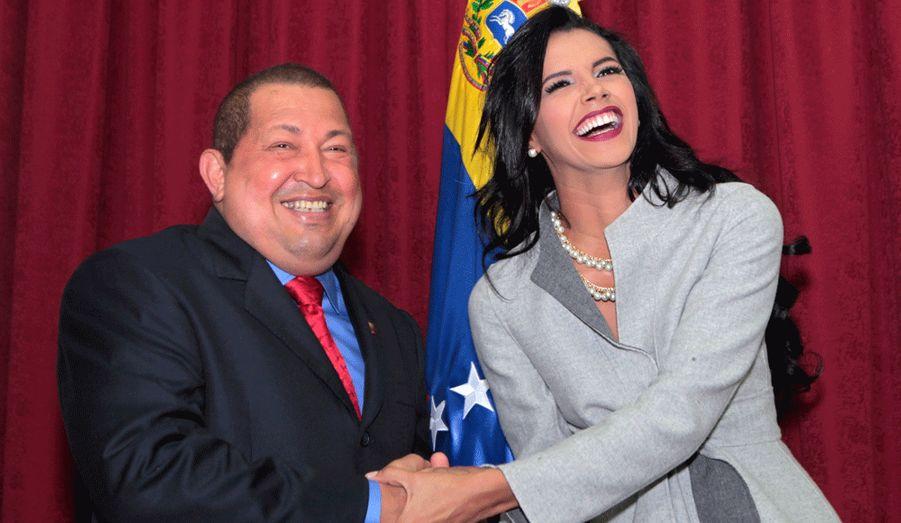 Le président du Vénézuela Hugo Chavez pose en compagnie de sa compatriote Ivian Sarcos, alias Miss Monde 2011, dans son palais présidentiel à Caracas.