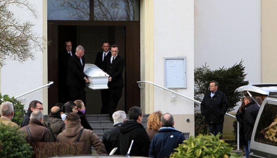 L'enterrement dePauline, 12 ans, qui s'est suicidée en début de semaine avec une arme à feu pour des problemes supposés de harcèlement au sein de son collège, a eu lieu samedi à Éleu-dit-Leauwette, près de Lens (Pas-de-Calais).