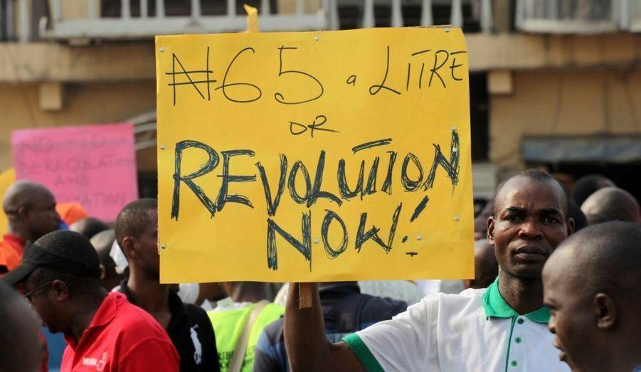 Des centaines de personnes se sont réunies, mardi, à Lagos, la capitale économique du Nigéria. Ils ont fermé des stations essence, formé des chaines humaines le long des routes et réquisitionné des bus pour protester contre le doublement des prix du pétrole après la suppression d'une subvention gouvernementale.
