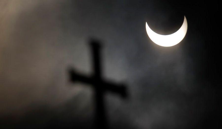 L'éclipse partielle de soleil, au-dessus du dôme de la cathédrale Alexandre-Nevski, à Sofia, en Bulgarie. Le phénomène a pu être observé au lever du soleil sur une majeure partie de l'Europe et de l'Asie du Nord.