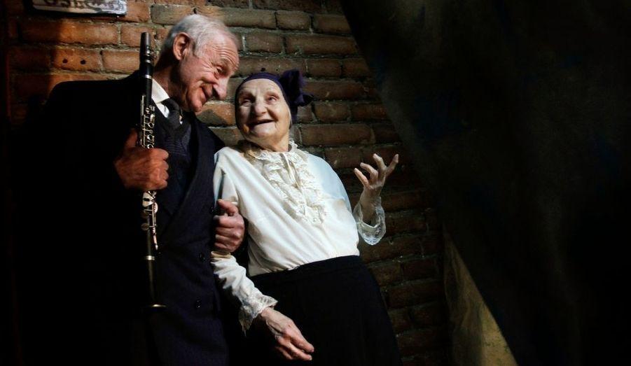 Marika Sikharulidze, 84 ans (à droite) et Vakhtang Goguadze, 70 ans, patiente dans la coulisse du concours «Super grand-mère et Super grand-père» à Tbilissi. Vingt-quatre participants, âgés de plus de 70 ans, sont venus de toute la Géorgie pour participer au concours.