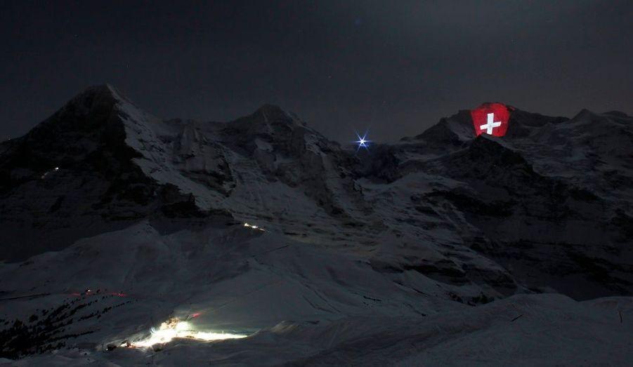 L'artiste Gerry Hofstetter a imaginé une projection géante de la croix suisse pour célébrer le centenaire du chemin de fer de la Jungfrau, sur la face nord de la montagne, dans l'Oberland bernois.