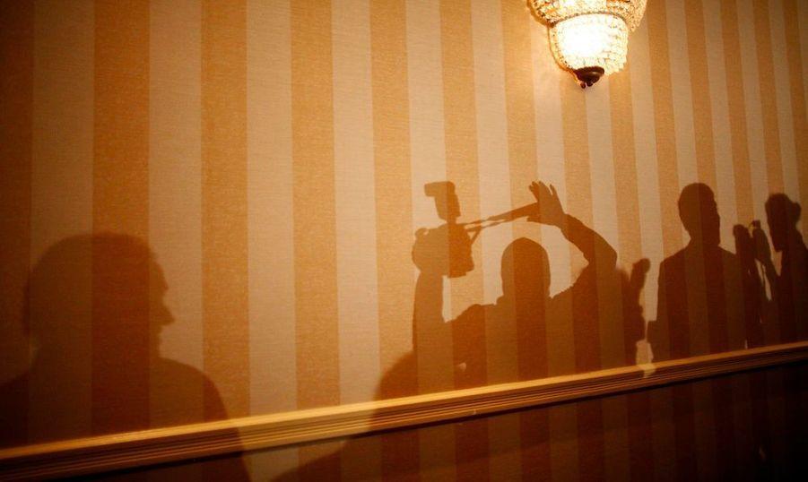 Des journalistes photographient Rick Santorum lors d'un meeting à Concord, dans le New Hampshire où aura lieu la primaire républicaine le 10 janvier.