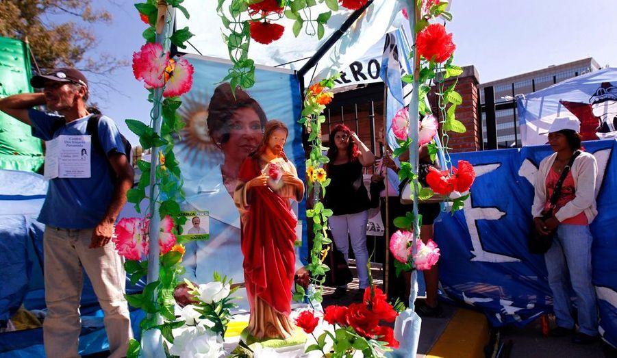 Devant l'hôpital Austral, dans la périphérie de Buenos Aires, des Argentins témoignent leur soutien à la présidente du pays, Cristina Kirchner, opérée ce mercredid'un cancer de la thyroïde.