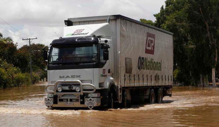 La situation ne s'améliore pas en Australie, où les inondations ont notamment contraint les trois quarts des mines de charbons à suspendre leur activité. Ici, un camion bien en peine dans les eaux de crue à Rockhampton, dans l'Etat du Queensland. Pour l'heure, ces pluies diluviennes, qui s'expliquent en partie par le phénomène climatique La Niña, ont fait quelque 200 000 sinistrés. Un nouveau phénomène inquiète les autorités: la prolifération des serpents et des crocodiles désormais signalés dans des villes.
