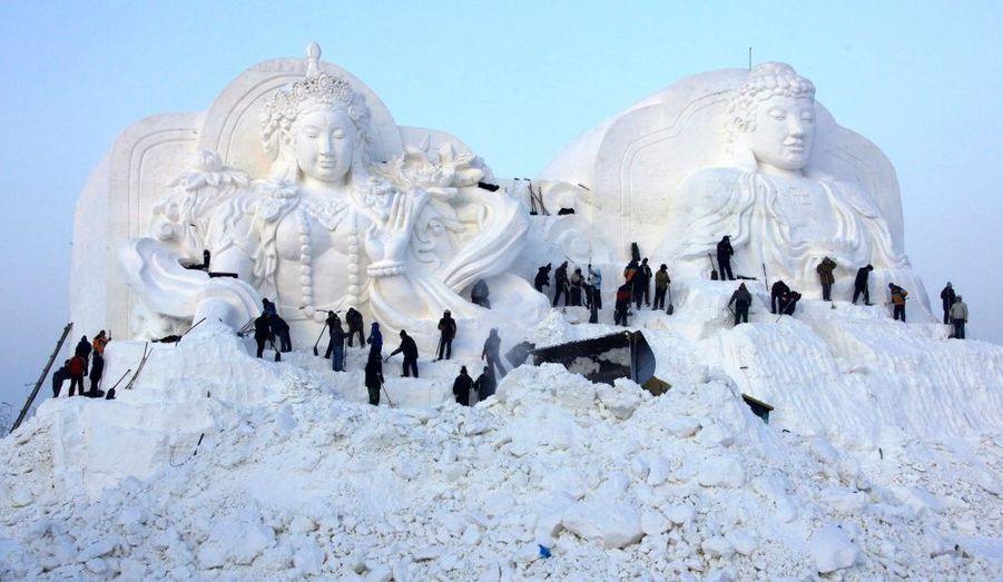 """Ces ouvriers achèvent cette monumentale sculpture de neige dans le cadre de la 12e édition des """"Harbin Ice and Snow World"""", compétition qui a lieu dans une ville de la province du Heilongjiang, en Chine. Ce festival glacial sera officiellement lancé le 5 Janvier."""