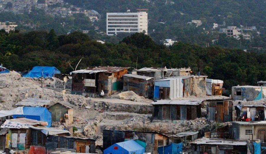 """Le quartier de Fort National de Port-au-Prince, en Haïti. A l'approche du triste anniversaire du séisme qui a frappé l'île le 12 janvier dernier, de nombreuses associations tentent d'alerter les pouvoirs publics sur la difficile reconstruction du pays. """"Ni l'État haïtien, ni la communauté internationale n'a progressé sur le plan de la reconstruction"""", dénonce le programme humanitaire Oxfam dans un rapport rendu public hier."""
