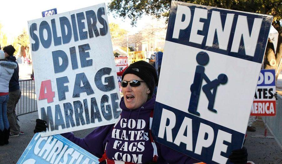 Les extrémistes de la Westboro Baptist Church (WBC) ont manifesté à Dallas (Texas), lundi, avant le match de football opposant Houston à l'équipe de l'université de Pennsylvanie, dont l'ancien entraîneur est au coeur d'un scandale pédophile. La WBC, habituée des manifestations d'un goût douteux, cultive la haine des homosexuels, assurant qu'ils condamnent l'Amérique toute entière à l'enfer. Le mouvement n'hésite par exemple pas à voir un lien entre les morts de soldats en Irak et les lois autorisant le mariage homosexuel dans certains états.