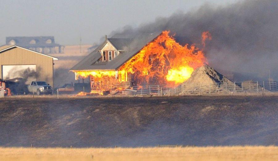 Une maison en feu à Nanton, au Canada. Les feux de forêt attisés par des vents violents ont saccagé plusieurs zones du sud de l'Alberta.