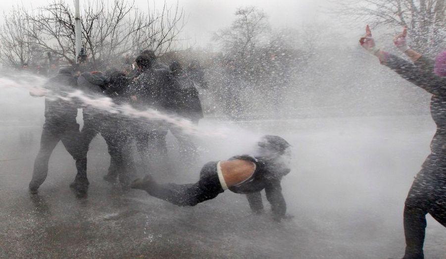 Un manifestant chute à Ankara, en Turquie, après avoir été touché par un puissant jet d'eau. Les policiers ont utilisé des canons à eau pour empêcher les étudiants manifestants d'atteindre le siège de l'AKP, parti au pouvoir. Ils protestent contre les politiques du gouvernement en matière d'éducation.