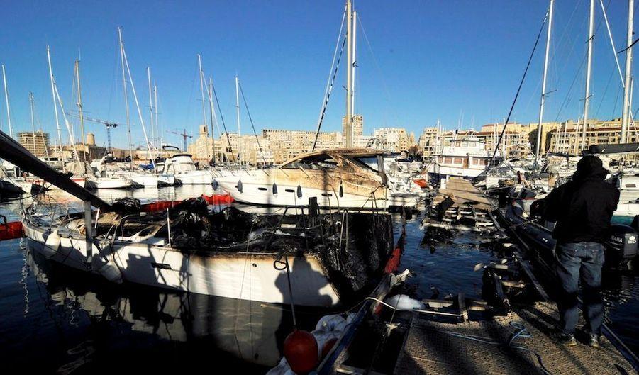 Un violent incendie s'est déclenché dans la nuit de samedi à dimanche, sur le Vieux Port de Marseille, touchant six bateaux dont deux voiliers qui ont été intégralement détruits.