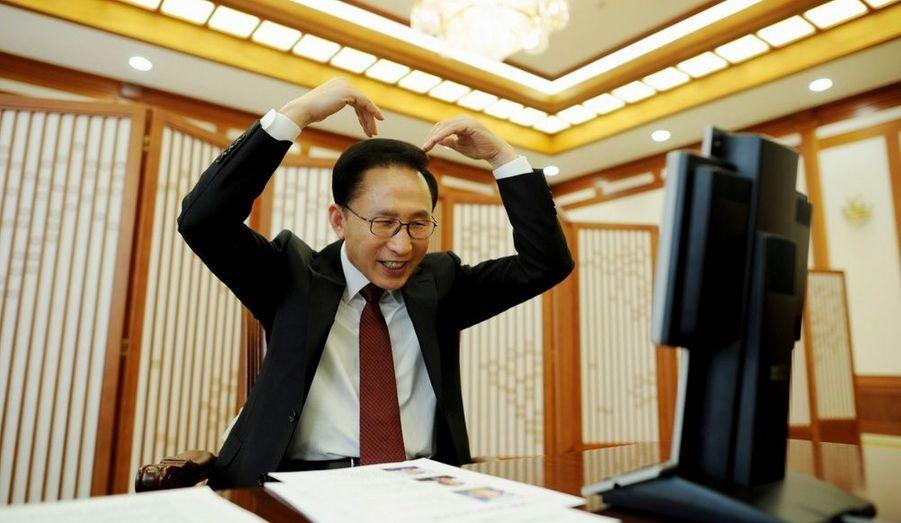 Le président sud-coréen Lee Myung-bak présente ses vœux de bonne année par vidéo-conférence à ses soldats envoyés en Afghanistan, en direct de la Maison Bleue à Séoul. Dans un éditorial commun publié samedi par les journaux officiels, la Corée du Nord a appelé à mettre fin aux affrontements et a souligné la nécessité d'un dialogue avec le Sud.