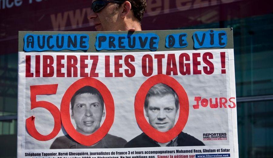 Un rassemblement de soutien s'est déroulé vendredi sur la place des Vosges à Paris pour les journalistes de France 3 Stéphane Taponier et Hervé Ghesquière, retenus en otage depuis 500 jours en Afghanistan.