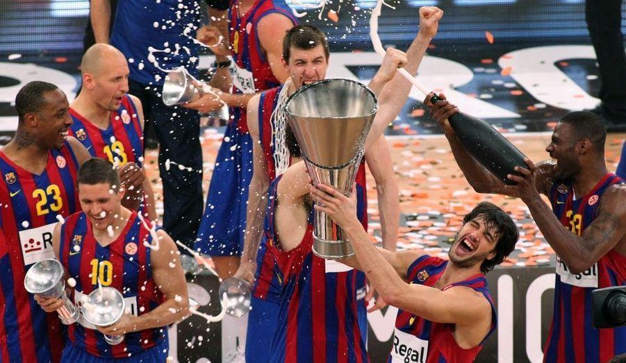 Le Regal Barcelone a remporté, dimanche, l'Euroligue 2010, dominant largement en finale l'Olympiakos 86-68. Désigné favori en début de compétition, le club catalan a donc tenu son rang, emmené par un Juan Carlos Navarro des grands soirs, auteur de 21 points, 5 rebonds et 3 passes et logiquement désigné MVP de cette finale, sous les yeux des joueurs de l'équipe de football du FC Barcelone. Le dernier titre du club espagnol remontait à 2003.