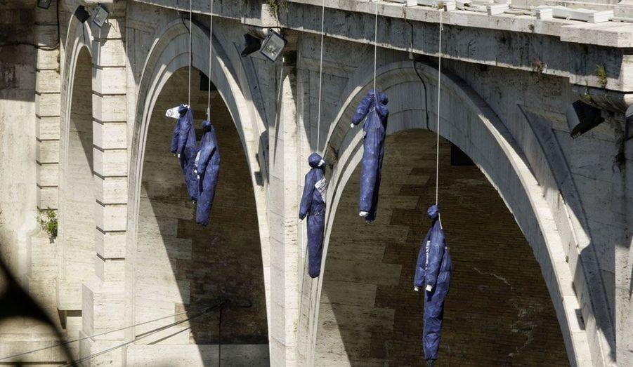 A Rome, le parti d'extrême-droite La Destra, «la droite», a organisé une manifestation contre le gouvernement de Mario Monti. Des pantins ont été pendus à un pont pour symboliser les morts de ceux qui se sont suicidés en raison de la crise.