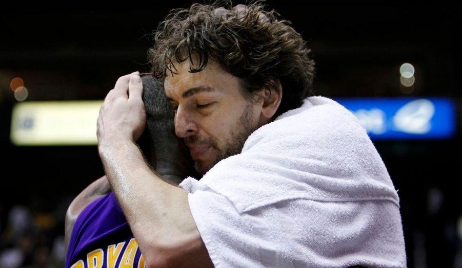 S'ils avaient paru poussifs lors du premier tour face au Thunder, les Lakers se sont bien rassurés lors de leur demi-finale de Conférence contre les Jazz. Car Utah n'a pas pesé bien lourd face aux champions en titre, les Californiens l'emportant finalement 4-0 après un dernier succès décroché 96-111 à Salt Lake City. Une quatrième victoire pour un sweep acquis grâce au duo Kobe Bryant-Pau Gasol puisque les deux compères ont respectivement rendu 32 points et 33 points-14 rebonds. Aussi, Deron Williams et Carlos Boozer ont-il eu du mal à tenir la comparaison car si le meneur mormon a compilé 21 points-9 passes, l'intérieur a dû se contenter de 10 points-14 rebonds avant de sortir pour six fautes, les 21 points de Paul Millsap paraissant dès lors bien vains. En Finale de Conférence, les Lakers retrouveront les Suns, eux aussi qualifiés après un sweep face aux Spurs.