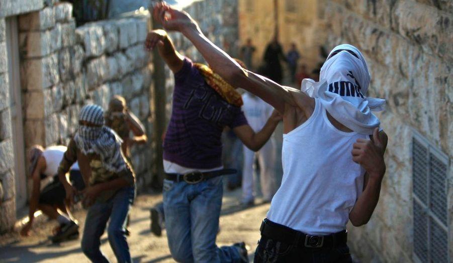 Des affrontements sporadiques opposent depuis plus d'une semaine Palestiniens et policiers isréaliens à Jérusalem-Est au sujet de l'Esplanade des Mosquées, interdit d'accès par l'Etat Hébreux aux hommes musulments âgés de moins de 50 ans. Le Fatah, parti du président Mahmoud Abbas, a appelé à des manifestations et à une grève générale vendredi dans les territoires palestiniens.