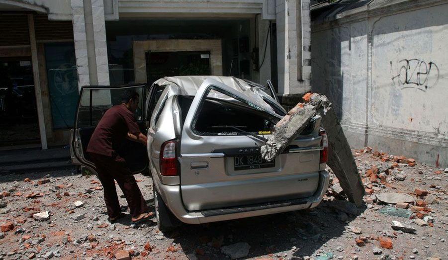 Un important tremblement de terre a secoué l'île de Bali, en Indonésie, jeudi. Au moins 43 personnes auraient été blessées. Le séisme a provoqué un mouvement de panique sur cette île très touristique.