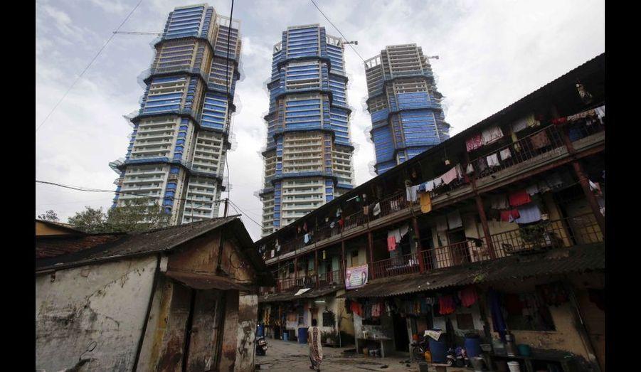 De très hauts buildings en construction, à proximité d'un vieux quartier résidentiel du centre de Bombay.
