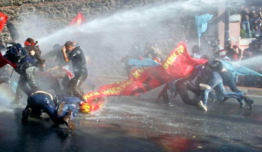Des manifestants anti-FMI dispersés grâce aux canons à eau par la police anti-émeute à Istanbul, ou se déroulait la réunion annuelle de la banque mondiale et du fond monétaire international
