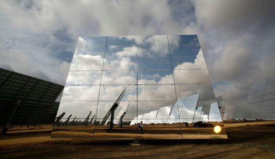 """A l'heure actuelle, le parc """"Solucar"""", situé au nord de Séville en Andalousie, est la plus grande centrale d'énergie solaire d'Europe."""
