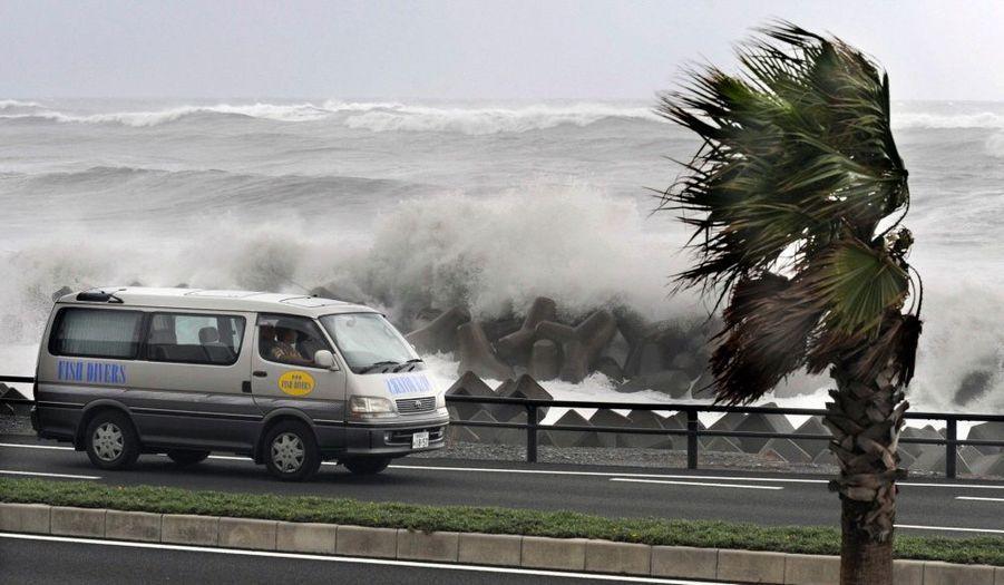 Le typhon Melor a balayé jeudi l'île principale du Japon, Honshu, arrachant des toits, perturbant les trafics aérien et ferroviaire et obligeant certaines usines à fermer. La télévision nippone a montré un pont routier effondré du fait d'inondations à Aichi, à l'ouest de Tokyo, et des voitures à demi submergées à Nagoya, non loin de là. Deux personnes ont péri et 46 autres ont été blessées dans les intempéries, a rapporté la chaîne publique NHK, selon laquelle plus de 2400 personnes, à travers le pays, ont dû quitter leurs habitations.