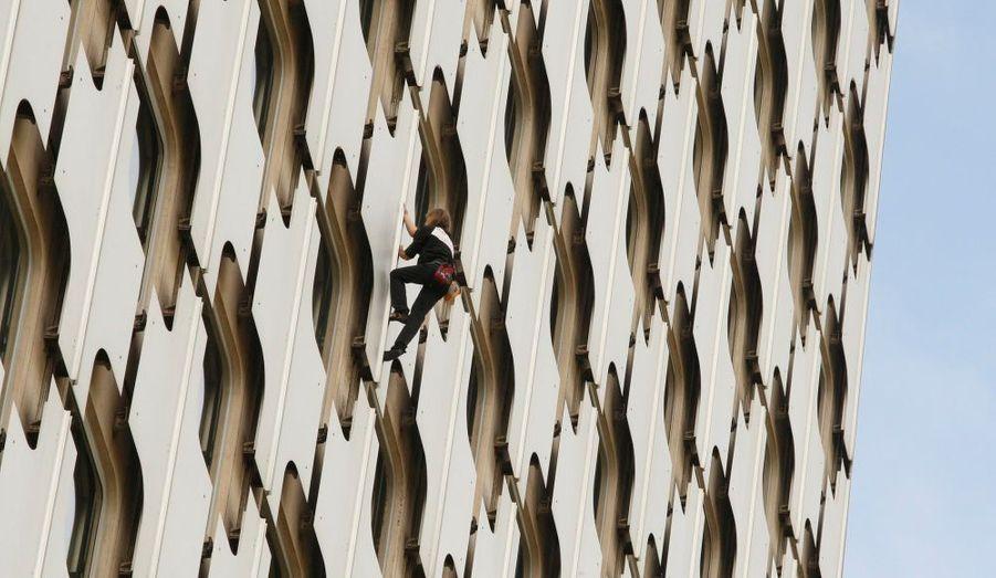 L'escaladeur urbain français, Alain Robert, a gravi ce matin la tour Ariane située sur le parvis de la Défense à Puteaux, révèle leparisien.fr. Il a réussi la prouesse de grimper cette tour de 152 mètres de haut en trente-six minutes, avant de réapparaître au pied de l'immeuble applaudi par près de 400 personnes et ce sans être inquiété par les forces de sécurité. Le Français, qui escalade à mains nues et sans assistance les plus hauts gratte-ciel de la planète, avait donné rendez-vous à la presse la veille dans un lieu tenu secret, le Novotel du quartier d'affaires parisien.
