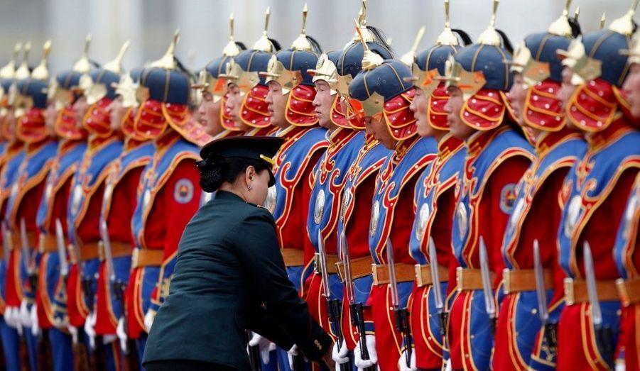 Les troupes mongols au garde à vous, à Oulan Bator, en hommage à la chancelière allemande Angela Merkel, qui effectue une visite d'un jour en Mongolie.