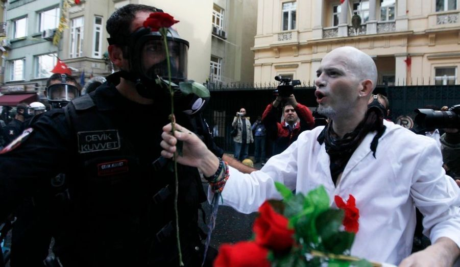 Lors d'une manifestation pour protester contre la banque mondial et le FMI à Istanbul, un manifestant offre une rose à un policier anti-émeute...